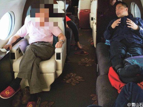 """与郭文贵乘飞机出游的神秘高官被打""""马赛克"""",另一张则是与郭和李友的合影。(网络图片)"""