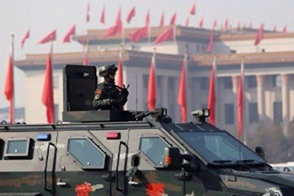 中共武警在装甲车巡逻