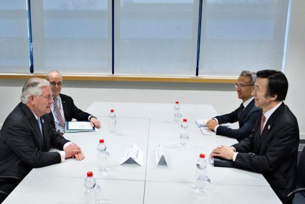 图中为美国国务卿蒂勒森(左侧)周四在三位领导人会面前与韩国外长尹炳锡(右侧)会谈(网络图片)。