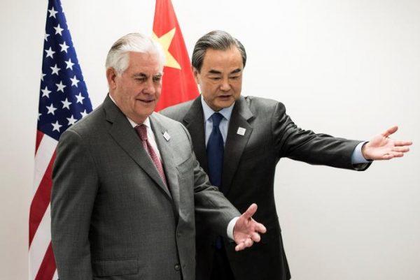 图中为美国国务卿泰勒森(前面)今天与王毅(后面)在G20 外长会议上会面(网络图片)。