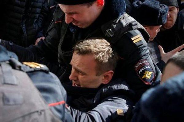 俄抗议者大规模游行反腐败 数百人遭逮捕
