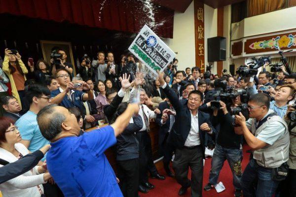 4月27日《台湾一览》立法院审前瞻计画爆发朝野冲突