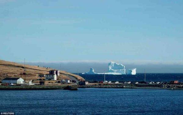 超过一万岁的冰山向小镇漂来了