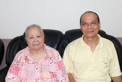 黄甘草女士(左)和儿子郑尧栋