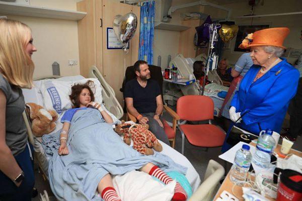 英女王探视恐袭受伤少年 杀手出自利比亚引担忧