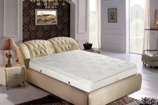 新买的床垫万万不可忘记撕掉它