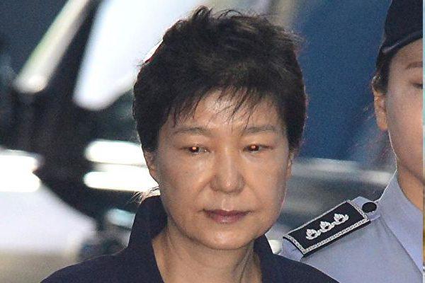 朴槿惠首度受审 恰逢卢武铉自杀日