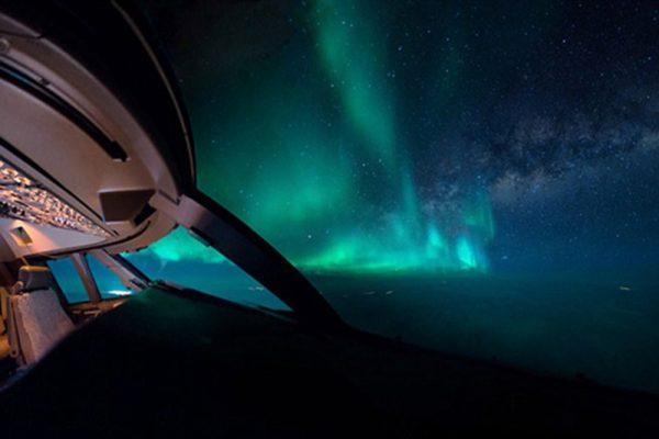 荷兰飞行员驾驶舱里拍夜空美景:北极光伴随日出