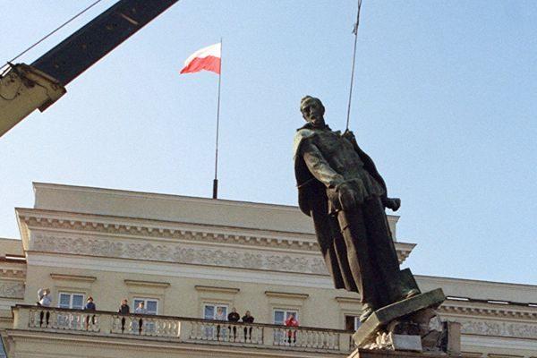 波兰通过法律修正案 推倒所有共产主义塑像
