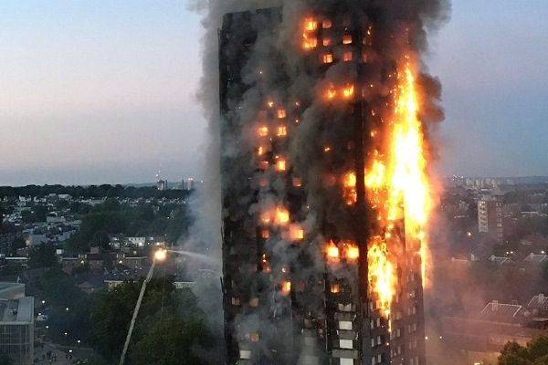 英首相特蕾莎·梅承诺 对伦敦公寓楼火灾公开调查
