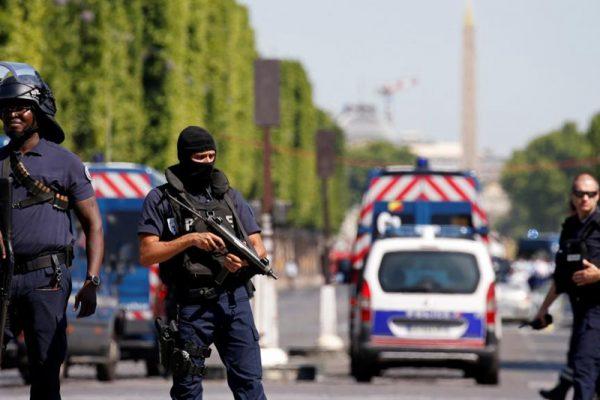 法国香榭丽舍大街发生恐怖袭击,警方戒备