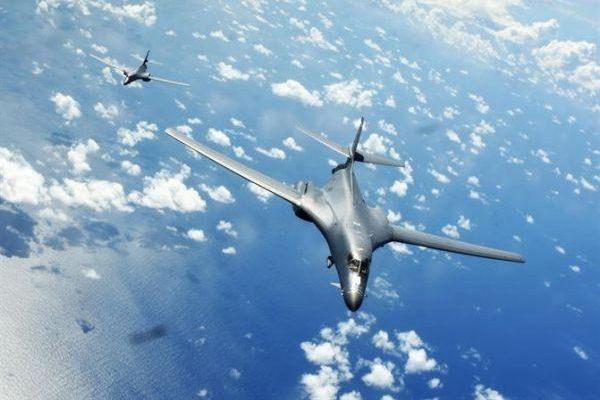 美两架战略轰炸机飞越南海 与战舰联合军演