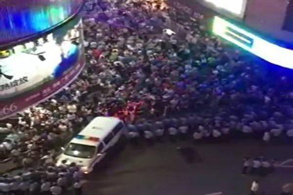 只想有个家! 上海数千商住业主上街维权 当局派警镇压