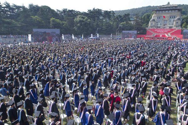 武汉大学七千人同时参加毕业典礼的场面真是壮观