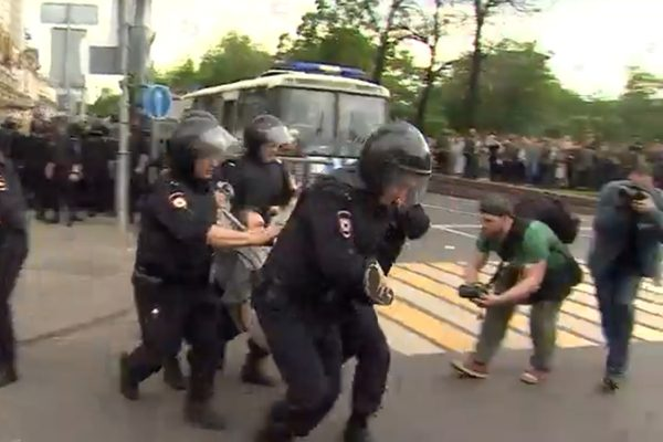 6月12日莫斯科反普京示威中,防爆警察抓走一个示威的年轻人。(BBC视频截图)
