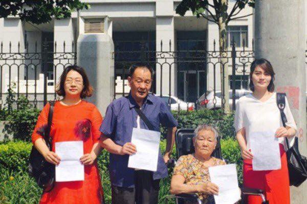 王全璋家属与李和平家属来到最高检递交起诉书 网络图片
