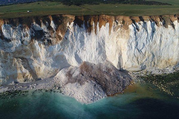 英国一悬崖崩塌 5万吨石灰岩倾泻而下