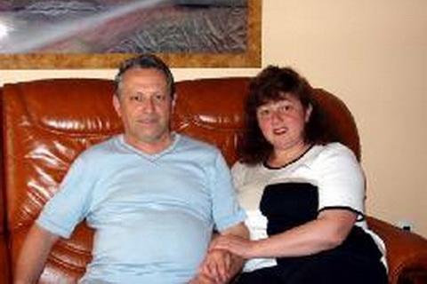 玛丽娜和丈夫托尼在客厅
