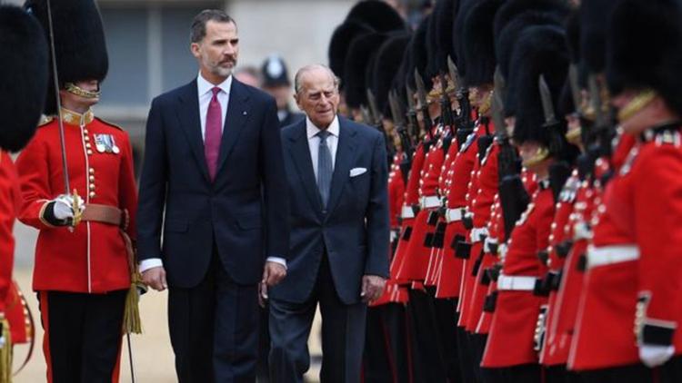 西班牙国王费利佩六世出席欢迎仪式,检阅仪仗队。(网络图片)