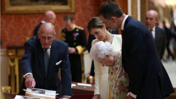 菲利普亲王向来访的西班牙国王及王后展示白金汉宫收藏的西班牙文物。(网络图片)
