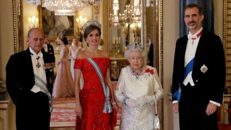 英女王夫妇在白金汉宫欢迎到访的西班牙国王夫妇。(网络图片)
