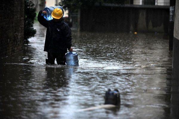 城市变大海-----面对洪灾只能逆来顺受?(网络图片)