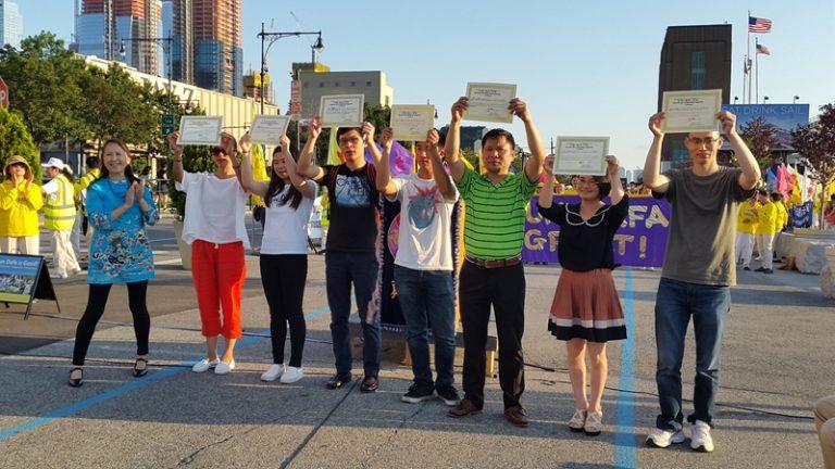 集会现场有多名华人公开站出来三退。易容女士现场为他们颁发了三退证书。集会当场有多位民众表示要选择一个没有共产党的新中国。(摄影:金宇/SOH)