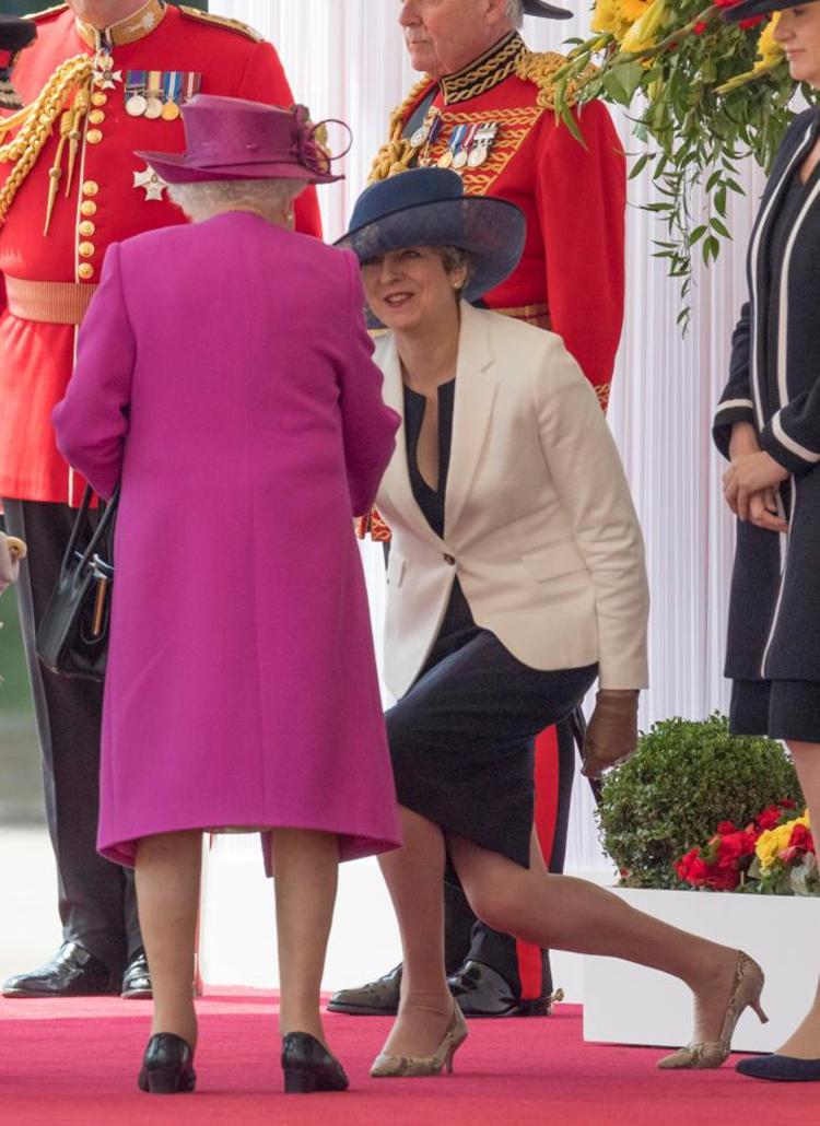 英首相特蕾莎-梅向英女王伊丽莎白二世行礼。(网络图片)