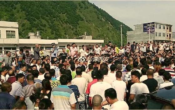 陕西商洛丹凤县数千居民,自发组织抗议政府乱收费。(网络图片)