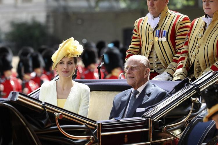 西班牙王后与英国女王丈夫菲利普亲王乘坐马车前往出席欢迎仪式。(网络图片)