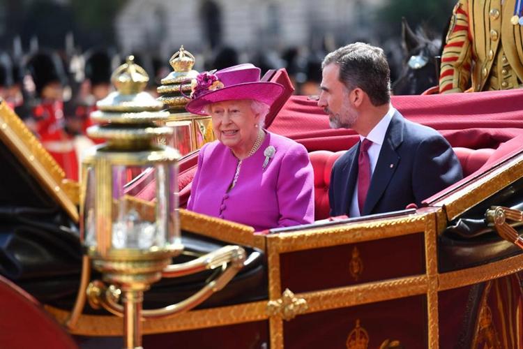 西班牙国王费利佩六世与英国女王伊丽莎白二世在皇家骑兵卫队陪护下乘马车出席欢迎仪式。(网络图片)