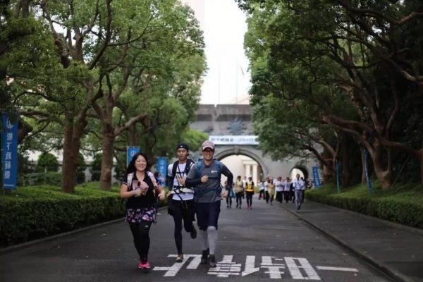 """2016年第37期学生在""""100公里行军""""中(来源:facebook@mskj.or.jp)"""