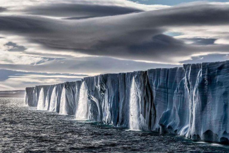 加拿大摄影师Paul Nicklen用镜头记录下庞大的冰川在溶化。(图片来源:美国国家地理)