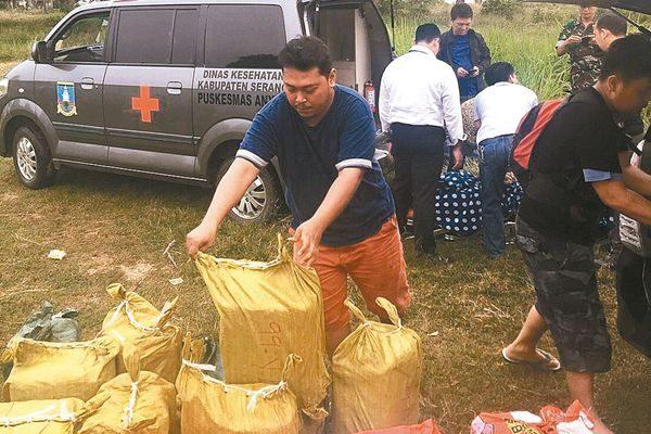 印尼警方13日在现场清点查获的安非他命毒品。 (来自台湾刑事局)