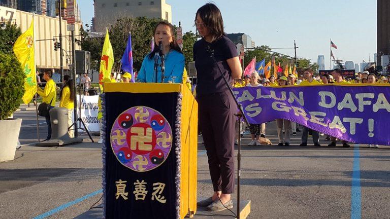 全球退党服务中心主席易容女士在集会上发言。(摄影:金宇/SOH)