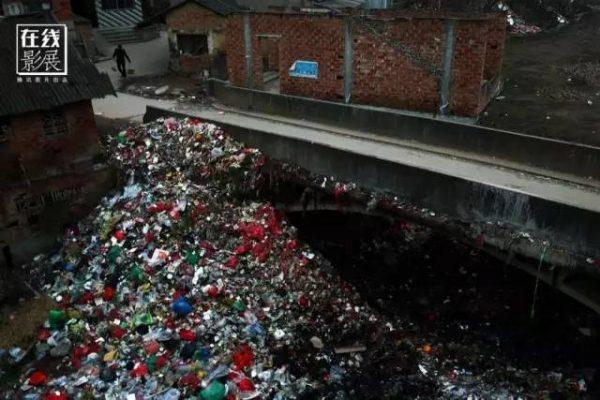 ▲图为2016年2月6日,湖北省监利县龚场镇刘市,一座桥头堆积如山的垃圾,常年无人清理。