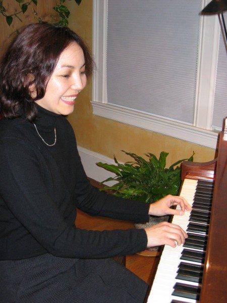女钢琴家嘉娜拉?卡森诺娃(Janara Khassenova)在弹琴
