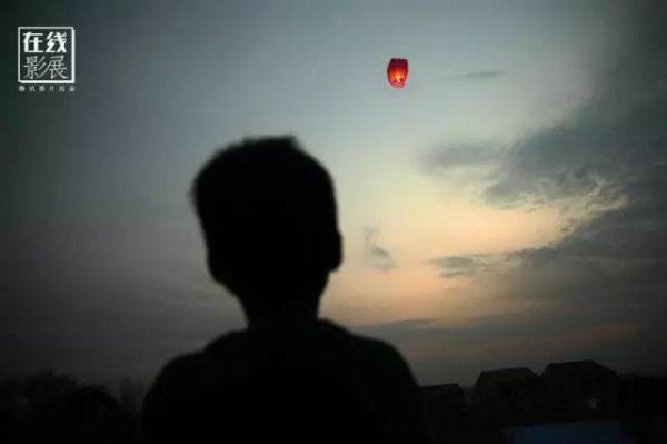 ▲图为2016年2月9日,湖北省监利县龚场镇新庄村,放飞孔明灯的小孩。