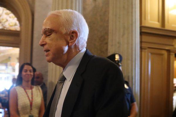 彭斯一票破僵局 参议院通过废除奥健保辩论案