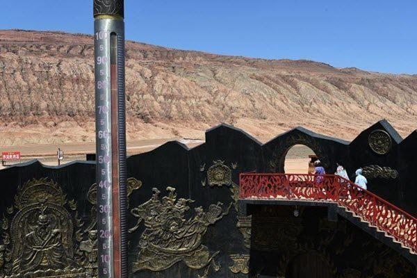 """火焰山的""""定海神针""""指针显示88摄氏度 网络图片"""
