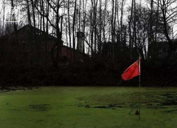 ▲图为2016年1月27日,湖北省监利县龚场镇新庄村,村民把公共河道改成的私人鱼池。从龚场镇镇政府到渡口村,几十公里的隆兴河上,堵塞河道建鱼池的现象,十分普遍。