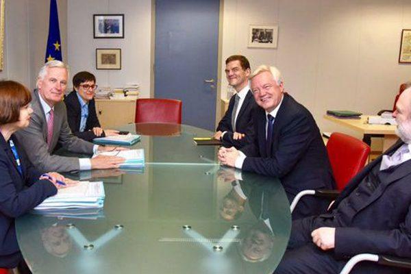 巴尼尔和戴维斯等双方谈判代表坐在谈判桌前(网络图片)