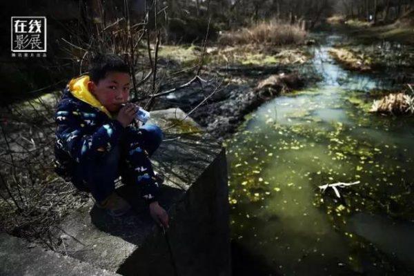 ▲图为2016年2月6日,湖北省监利县龚场镇刘场村,一名小孩在河边玩耍。