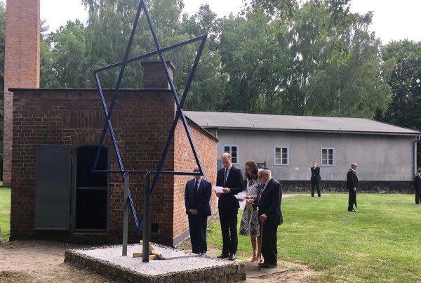 威廉凯特造访波兰纳粹集中营 情感受强烈冲击