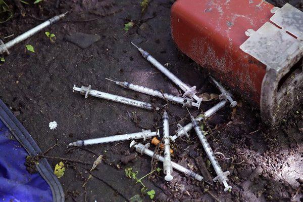 吸毒者乱扔的针头到处可见,成健康隐患。(AP/Charles Krupa)