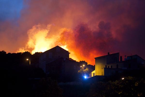 法森林大火失控 4000公顷林地化为焦土 欧盟派机飞赴救灾