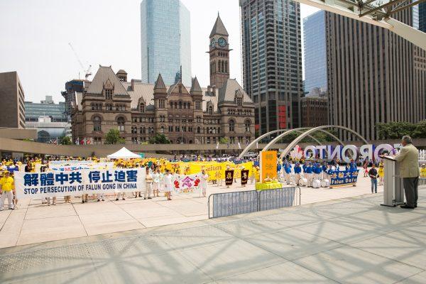 风雨不改 多伦多法轮功学员举办反迫害18周年纪念活动