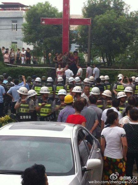 2015年7月22日,浙江省温州市龙湾区的双村基督教堂,300警察、保安再次强拆之前被强拆后立置在地上的十字架,多名信徒为保护十字架被抓捕。(图片来源:网络)