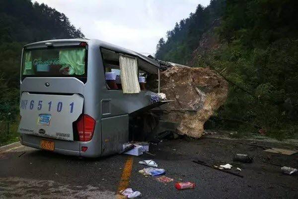 九寨沟强震后附近道路受损严重,车辆被滚落的巨石砸毁。(网络图片)