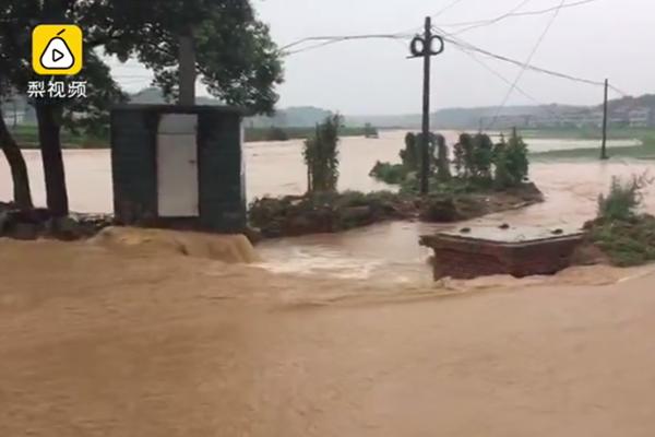 湖南暴雨导致洪水决堤淹没路面(视频截图)